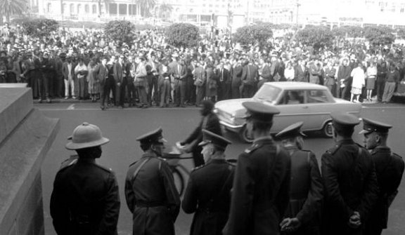 Police outside the Pretoria Palace of Justice as the Rivonia treason trial opens, 1963: Bailey African History Archives