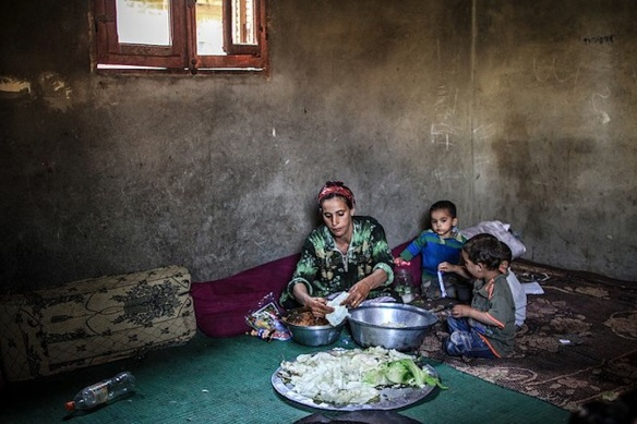 Palestinian mother and children in Gezirat Fadel: © Mosa'ab Elshamy, 2013