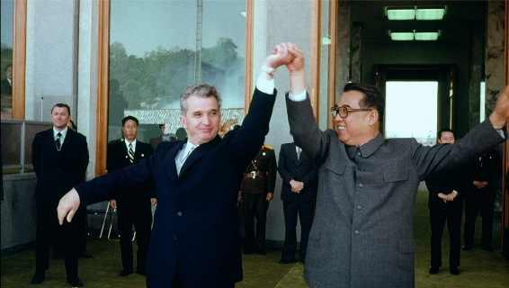 Grandes hermanos bailando sus danzas tradicionales: Nicolae Ceaușescu y Kim Il-Sung