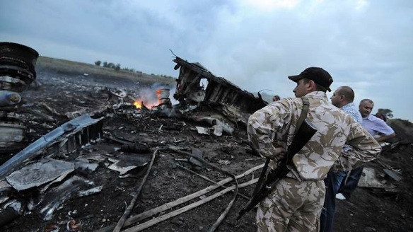 A separatist militiaman looks at  the wreckage of Malaysian Airlines Flight 17. Photo: Dominique Faget/AFP