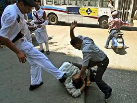 Policemen kick and beat a suspect. Photo from the blog Tortureinegypt.net/