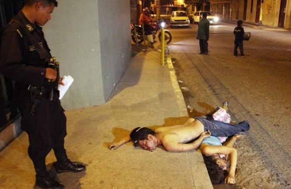 Corpses of an unknown man and a trans woman dumped on a street, Tegucigalpa, Honduras, January 2010. Photo: Tiempo, via Blabbeando.com
